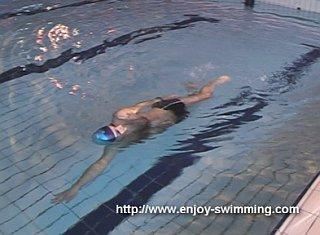 Một vận động viên bơi thực hành một mũi khoan cân bằng bên tay
