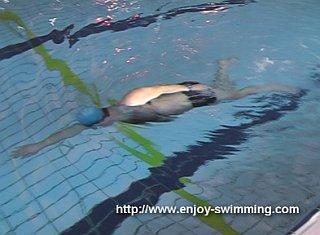 Một vận động viên bơi thực hành mũi khoan hướng mũi lên / mũi xuống