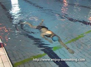 Một vận động viên bơi thực hành khoan dưới chuyển đổi