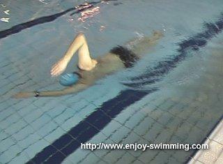Một vận động viên bơi thực hành máy khoan chuyển đổi