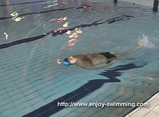 Một vận động viên bơi thực hành máy khoan cân bằng nằm ngửa