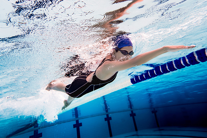 This female front crawl swimmer has excellent horizontal balance.