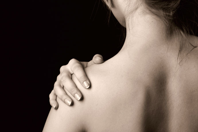 A young woman's shoulder hurts because of swimmer's shoulder